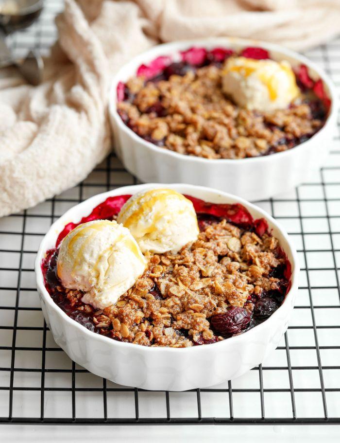 idee pour faire crumbe aux fruits rouge et flocons d avoin à la cannelle, dessert leger aux fruits simple et rapide