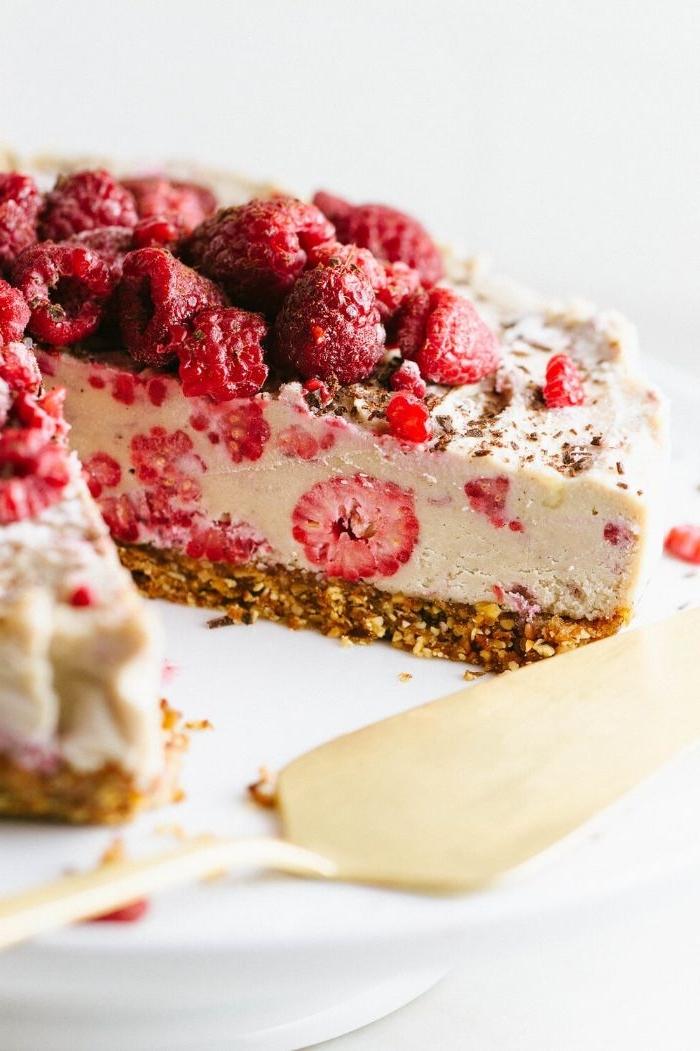 idee de cheesecake sans cuissob aux noix pour la base et creme noix de cajou, lait de coco et framboises