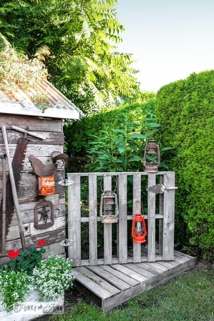 idee rangement palette pour accrocher des lanternes comme idee amenagement jardin creative