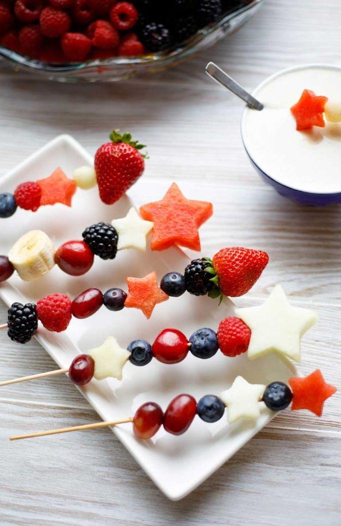 recette de brochette apero aux fruits de saison servis avec yaourt à la vanille, dessert facile pour recevoir