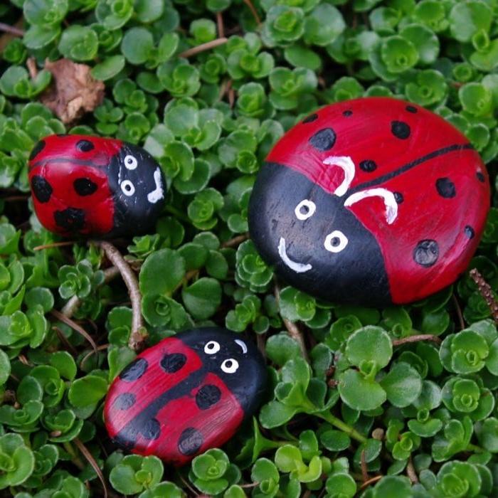décoration jardin extérieur, galets peints à motif coccinelle peinture rouge, feutre noir, deco jardin a faire si meme, activité manuelle enfant facile
