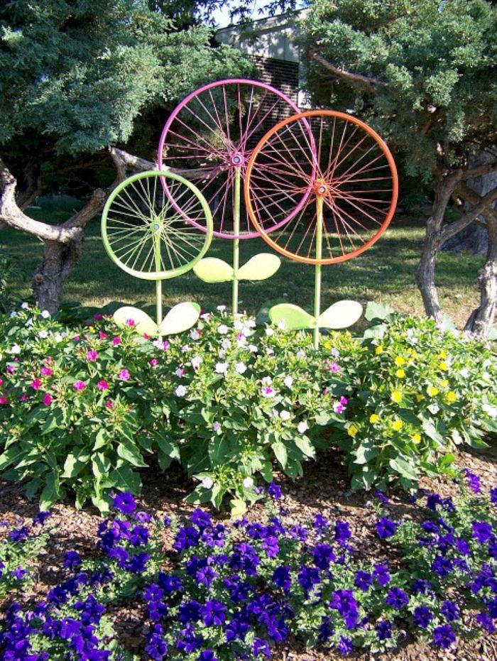 recyclage de roues de bicyclette colorées de peinture pour creer motif fleur dans le jardin, bricolage recyclage facile