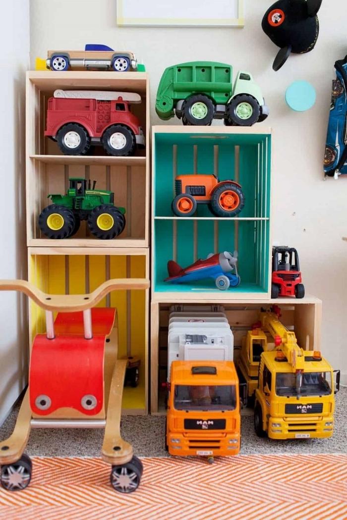 DIY rangement chambre enfant avec cagettes en bois ou plastique, exemple optimisation espace limité avec meuble diy
