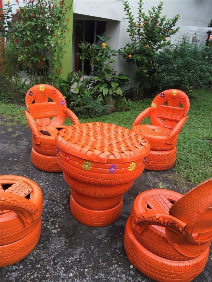 salon de jardin original avec table et chaises en pneus recyclés et repeints de peinture orange, detournement d objet creatif