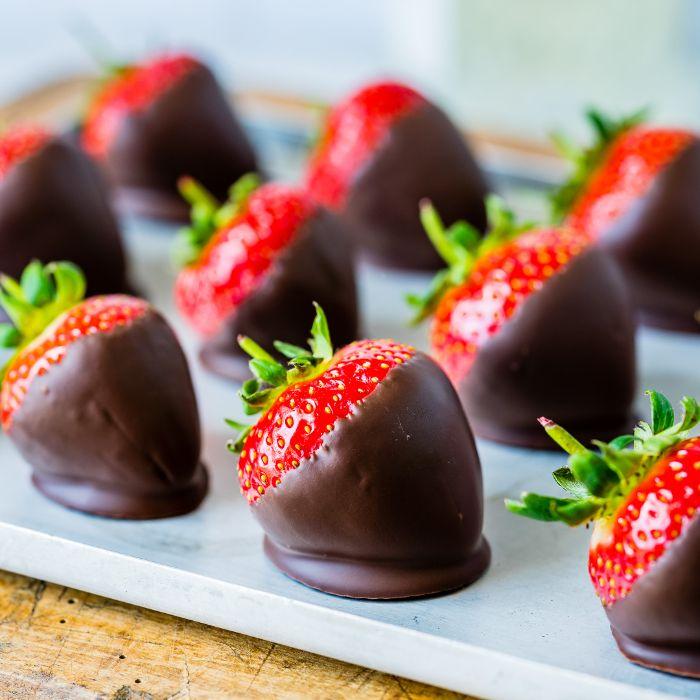 des simples fraises au chocolat, idee quel dessert après raclette, exemple dessert aux fruits leger