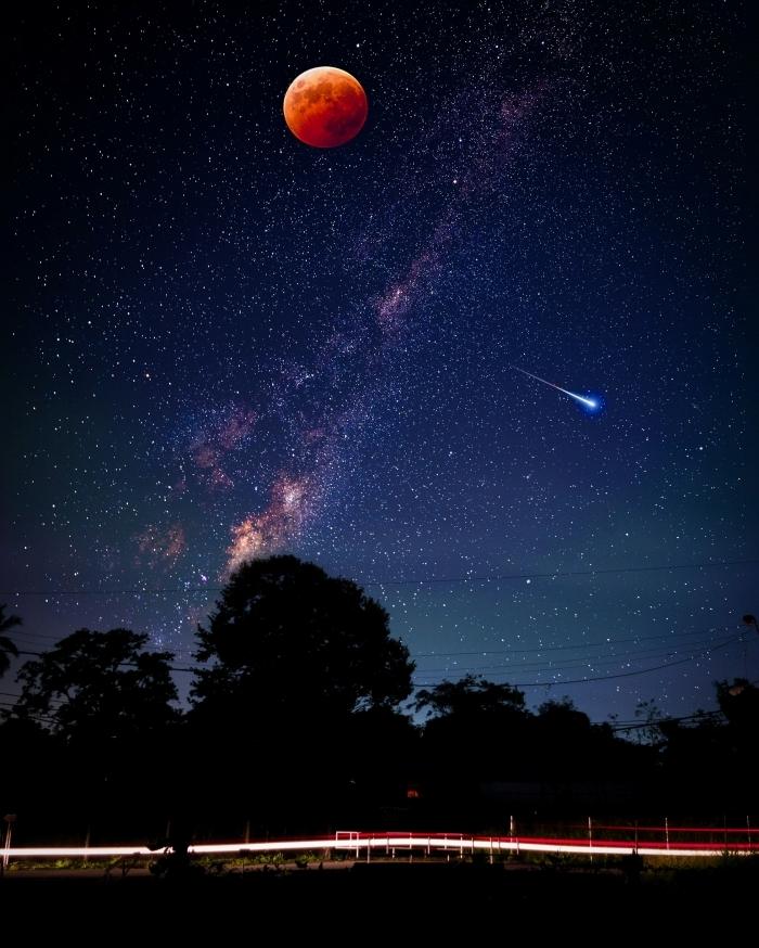 image fond d écran qui fait rêver pour smartphone, photo de paysage de nuit avec silhouette d'arbre et pleine rouge lune