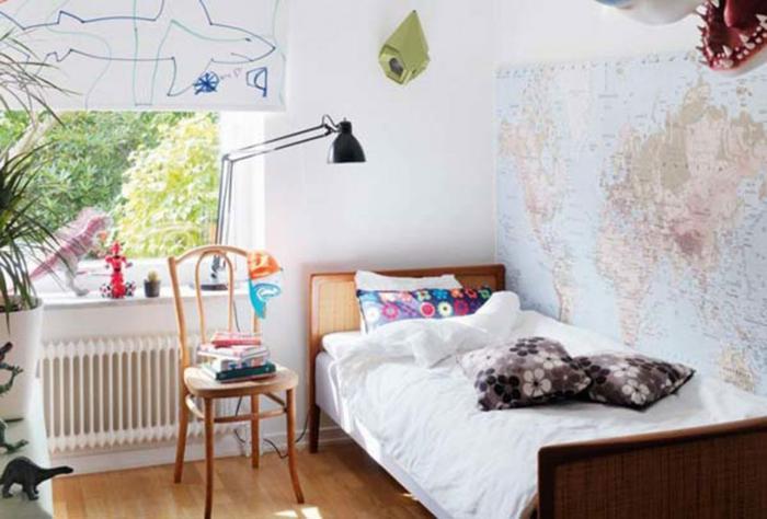 Murs peinte avec le plan du monde décoration appartement étudiant, idée amenagement petit espace