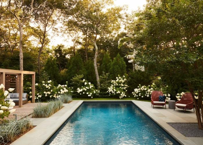 maison avec piscine, belle vue jardin paysager fleurs partout, coin pour s'asseoir en tout confort