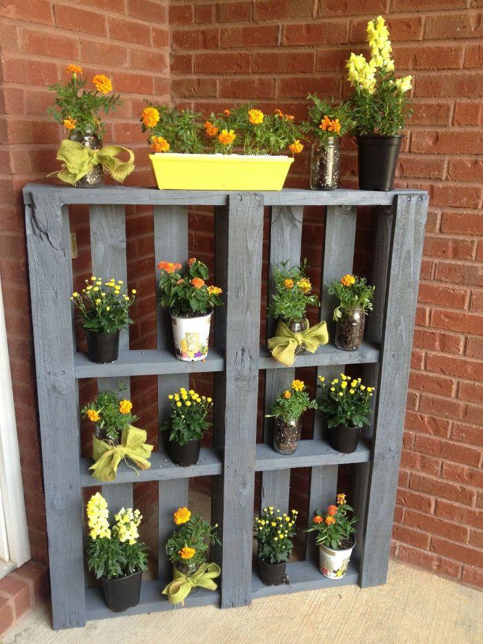 50 astuces pour décorer son jardin, idee rangement pots de fleurs, jardiniere en palette facile a faire soi meme