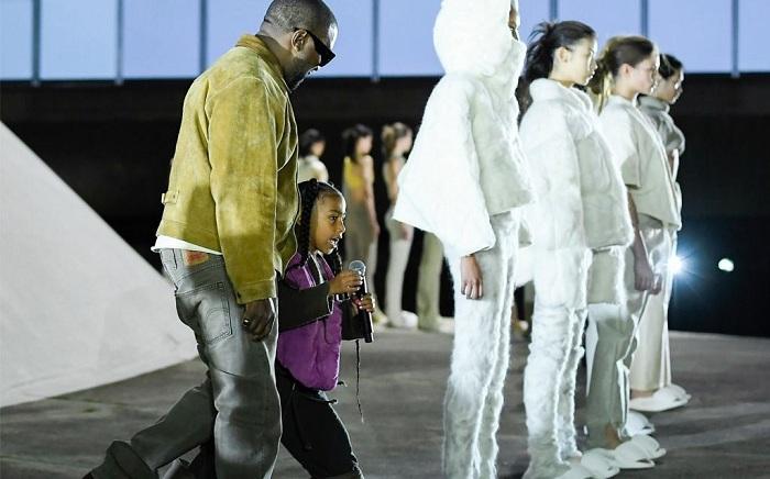Kanye West expose ses nouvelles sneakers Yeezy 8 pour la première fois en public