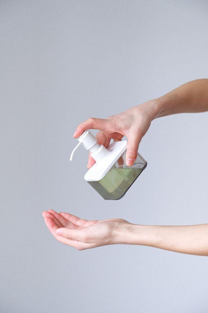utiliser gel antibactérien pour comme geste de protection du coronavirus comment faire