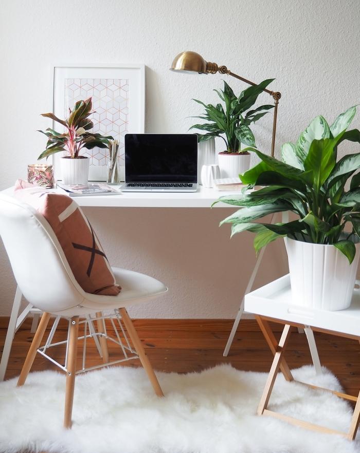 exemple comment décorer un coin de travail féminin dans son domicile avec meubles en bois moderne et plante tropicale