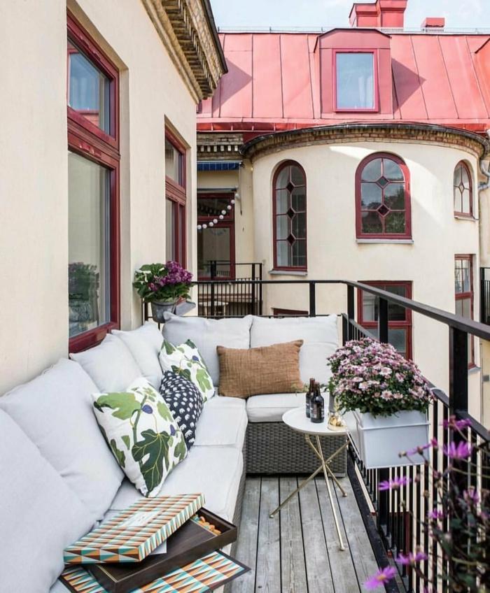 Comment décorer le balcon, canapé en angle idée aménagement studio, idée déco appartement magnifique