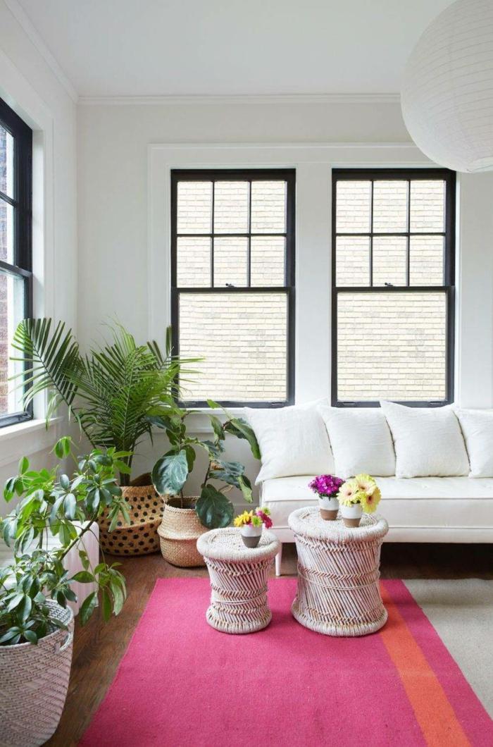 Tapis rose, tabouret table vases fleurs aménagement petit appartement 40m2, idée déco appartement moderne