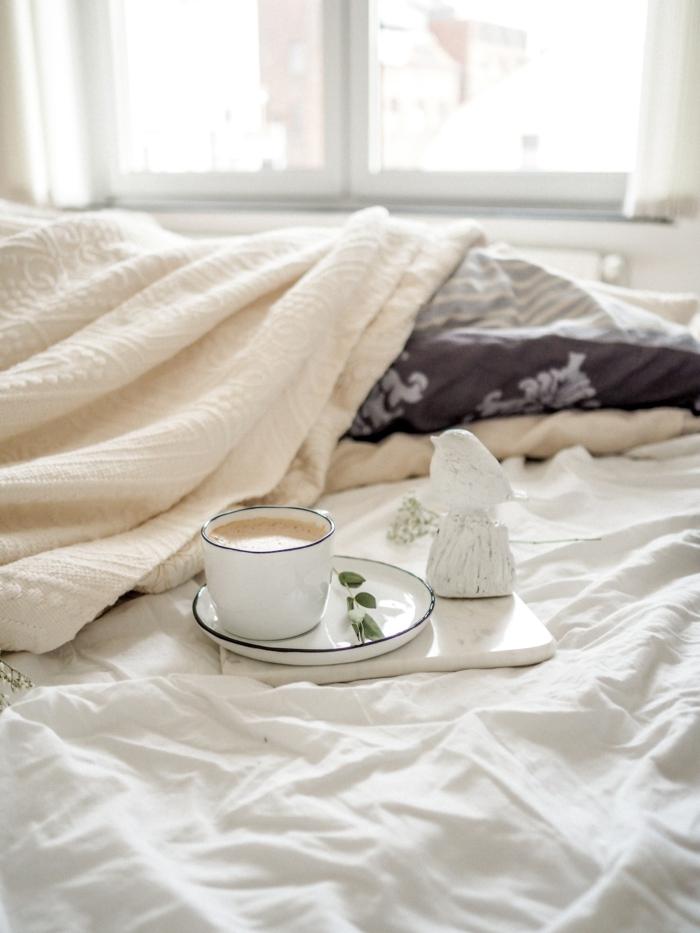 Lit linge blanche café dans une tasse blanche fond d'écran pc, fonds d'écran à télécharger style archzine