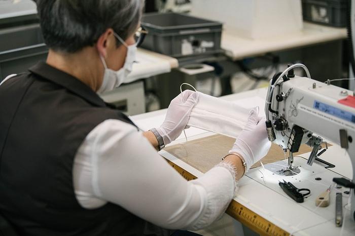 Louis Vuitton lance sa production de masques alternatifs type 2 en tissu grâce aux couturières volontaires de ses usines françaises