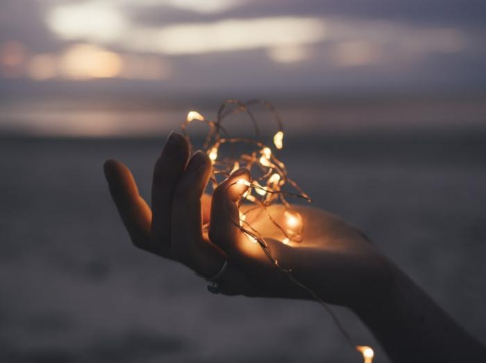 Main et guirlande lumineuse plage fond d'écran zen image de qualité cocooning a la maison