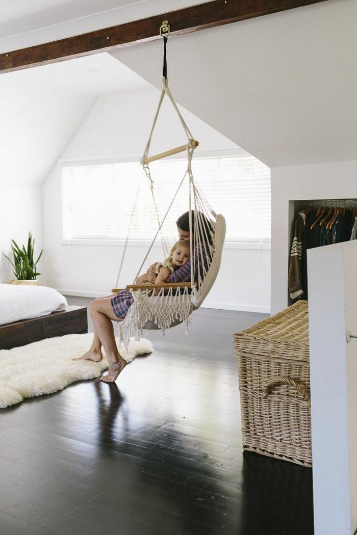 Femme avec son enfant dans un hamac amenagement petit espace, aménagement studio 25m2 ikea astuces
