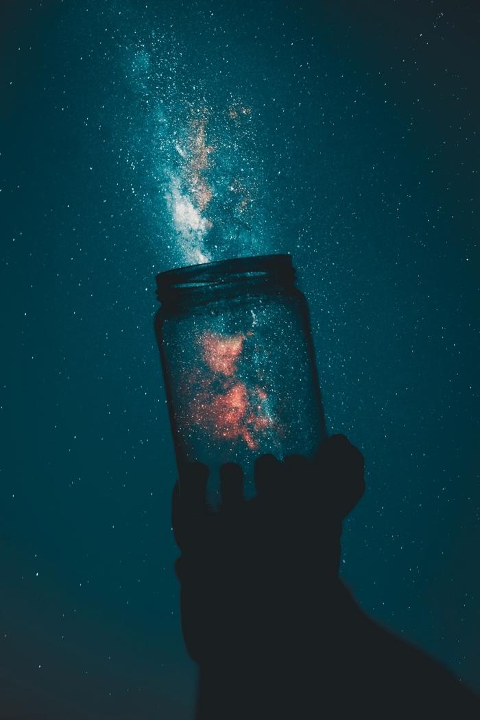 fond d écran galaxie pour téléphone, idée wallpaper art et fantaisie avec bocal remplie de poussières lumineuses