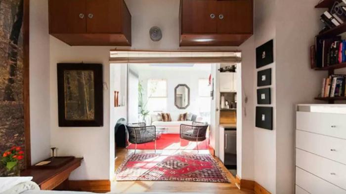 Tapis rouge, canapé blanche, aménagement studio, idée déco studio, decoration interieur appartement