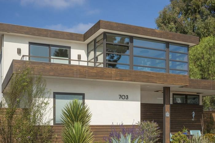 Terrasse sur le deuxième étage, maison moderne avec bardage en bois extérieur