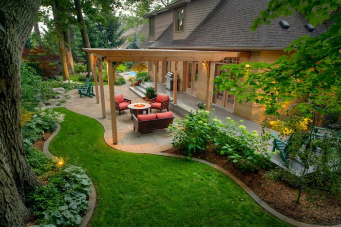 Coin confort au jardin, salon jardin beau, maison grande avec allée en pelouse et en pierres