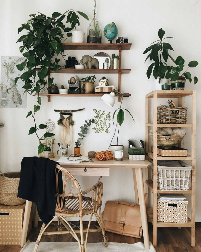 choix de plantes d'appartement vertes et dépolluantes, idée de décoration bohème chic avec meubles en bois et fibre végétale dans un home office