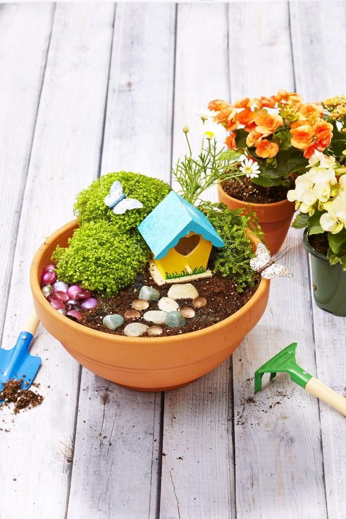 jardin de fée fabriqué dans un pot de terre cuite avec terreau, galets, plantes, idee bricolage recyclage facile