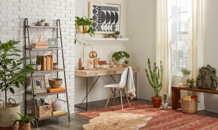 décoration bureau à domicile dans un salon de style urban jungle décoré avec meubles en bois et plante suspendue