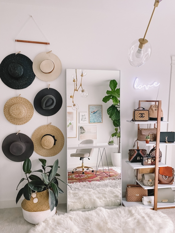 design intérieur de style bohème chic dans une chambre féminine avec coin de travail aménagé avec meubles blancs et plante d'intérieur