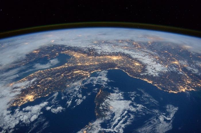 fond d écran gratuit pour pc, image de la terre depuis l'espace, photo terre et lumière de nuit avec brume