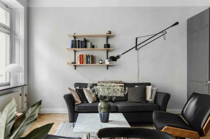 Étagère bois simple, canapé noir cuir aménagement petit appartement, décoration appartement étudiant