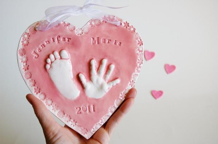 cadeau à faire pour mère avec empreinte pied bébé, exemple de souvenir DIY en, forme de cœur en pâte avec empreinte bébé