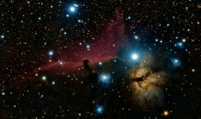 fond ecran espace pour pc, image de l'espace noire avec étoiles et phénomène lumineux sous forme de nébuleuse