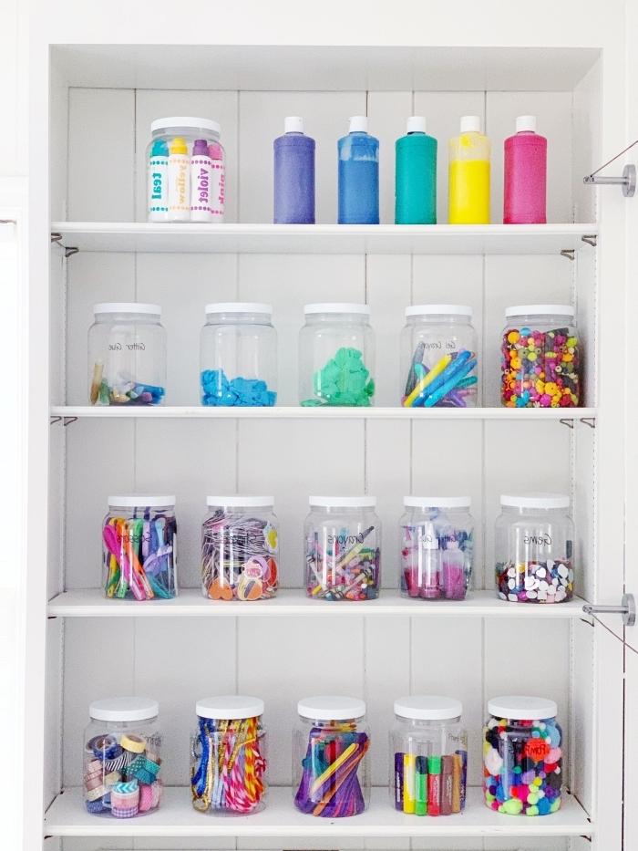 astuce rangement facile avec bocaux, exemple comment ranger ses fournitures dans pots transparents avec couvercles