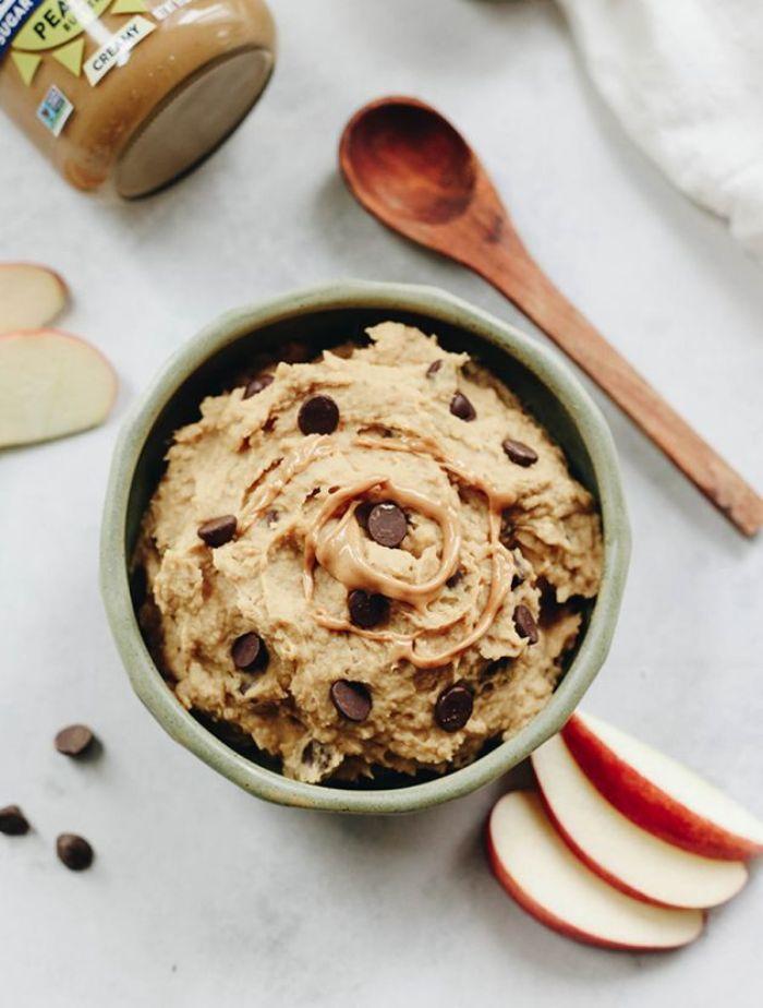idee recette de pate a cookies mangeanble sans cuisson à base de pois chiche et beurre de cacahuete avec pepites de chocolat