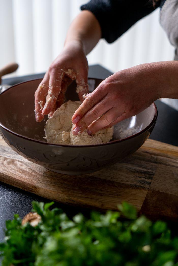 pétrir la pâte de ses mains, idée comment faire du pain maison, galette indienne plate recette