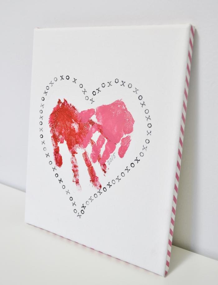 idée de cadeau fait main pour maman, diy tableau décoratif blanc avec peinture deux mains rouges dans un gros cœur