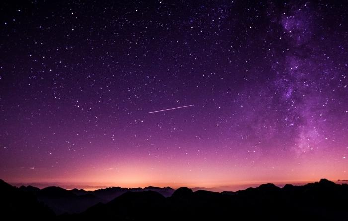 fond d écran stylé pour customiser son ordinateur, image de paysage nocturne avec silhouettes de montagne et ciel violet