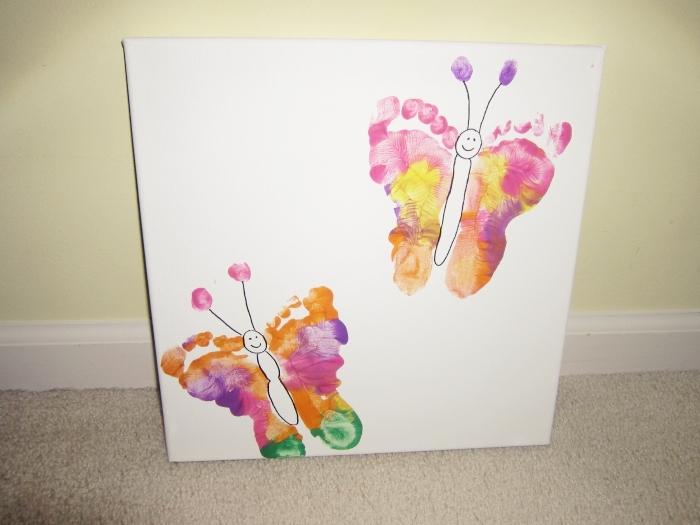 cadeau fete des meres diy, idée de tableau décoratif avec peinture en empreintes de main en forme de papillons volants