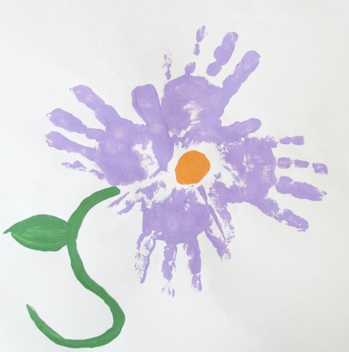 cadeau fête des mères à fabriquer avec peu de matériel, idée de peinture originale avec empreintes en forme de fleurs violettes