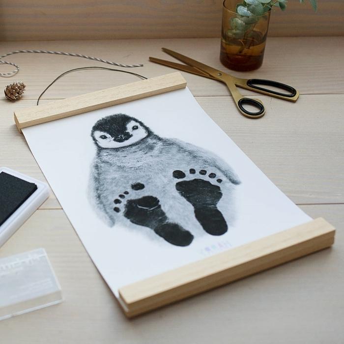 activité fête des mères facile pour grands et petits, exemple comment décorer un dessin blanc et noir animalier avec empreinte bébé