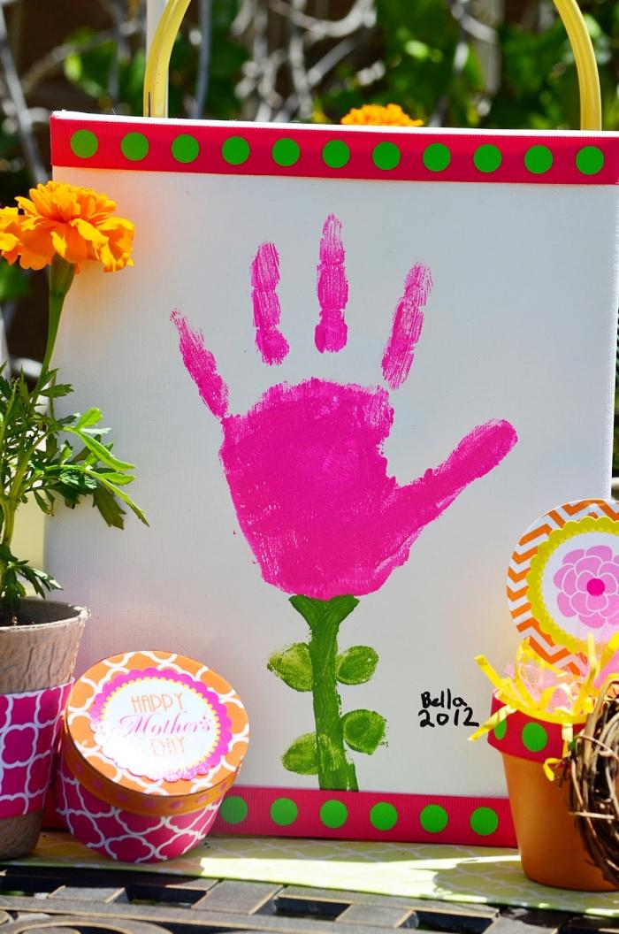 cadeau fête des mères maternelle, exemple de peinture avec cadre rouge et vert originale, art mural avec empreinte