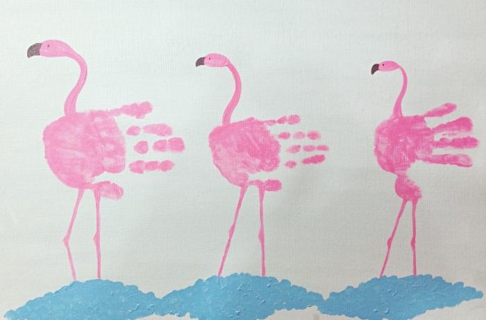 cadeau fête des mères à fabriquer soi même avec peu de matériel, exemple de peintures été avec flamants roses en main enfant