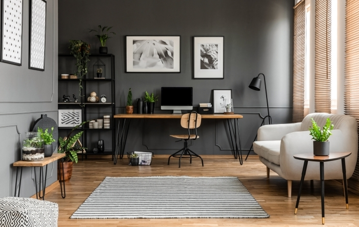 design salon moderne avec murs foncés et meubles en bois, décoration de bureau dans salon avec plante verte dépolluante