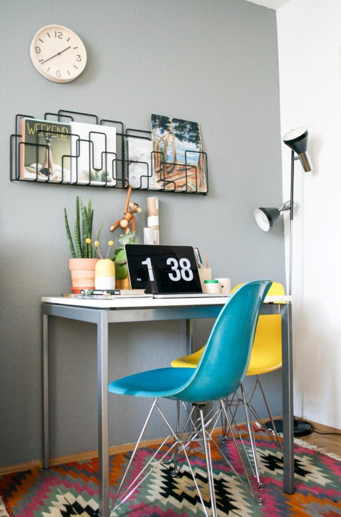 décoration petit coin de travail dans un salon aux murs blanc et gris avec meubles en métal et plante verte dépolluante