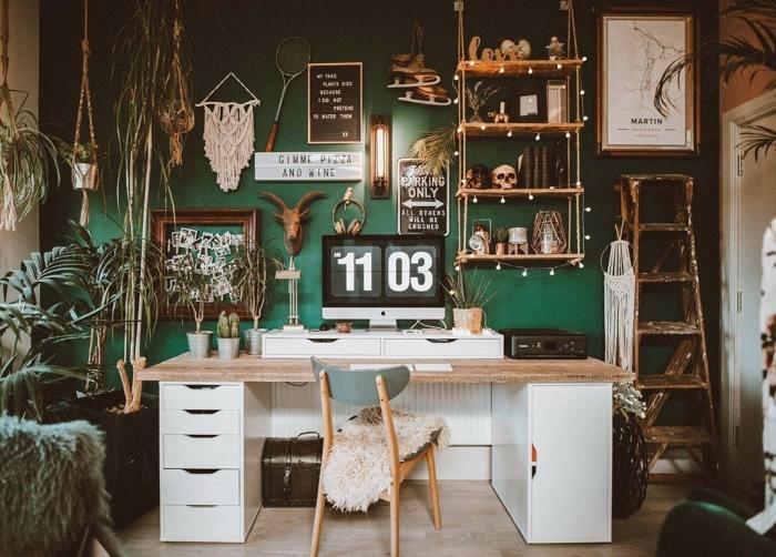 design bureau à domicile de style bohème chic avec plantes suspendues et palmier d'intérieur, objets de déco fait maison en corde macramé