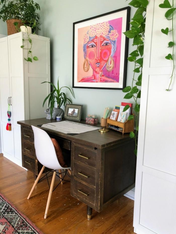 idée de bureau à domicile avec bureau en bois foncé et plantes vertes, exemple de plante grasse retombante pour intérieur