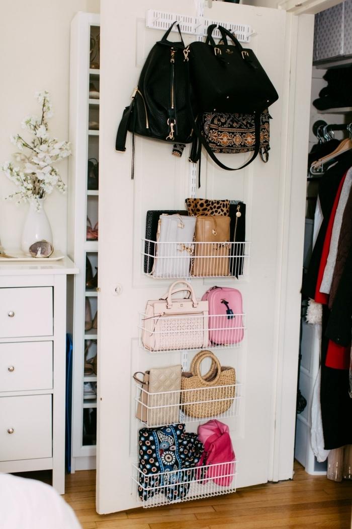 comment ranger sa chambre à l'aide de paniers de rangement accrochés à la porte d'une garde-robe, astuce rangement gain place