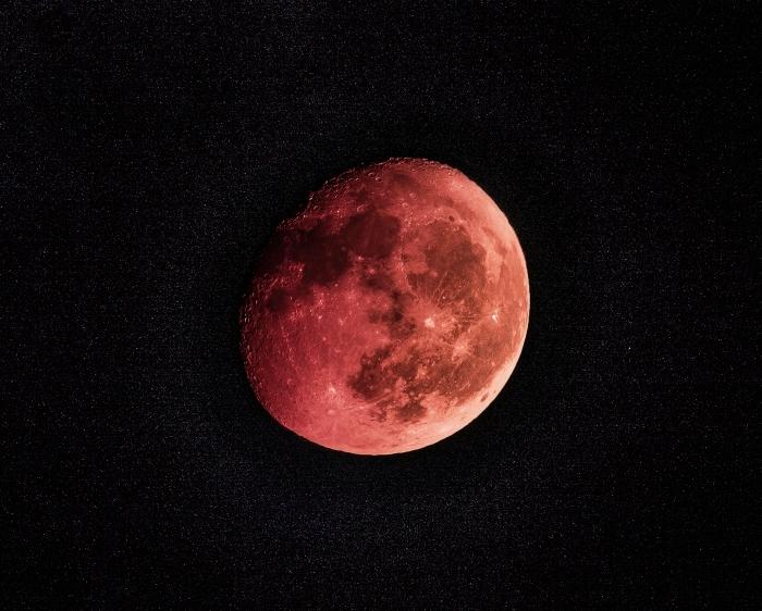 fond d écran gratuit pour pc, idée wallpaper pour ordinateur sur le thème astronomie, image phase lune rouge